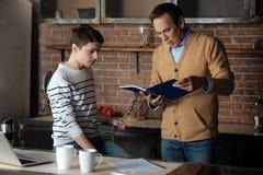 Baczna męska osoba patrzeje notatnika Zdjęcie Stock