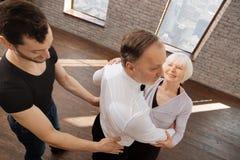 Baczna taniec leżanka pomaga starzejących się ludzi w sala balowej Fotografia Royalty Free