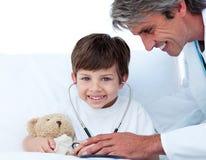 bacznej chłopiec lekarki mały bawić się zdjęcia royalty free