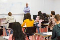 Baczni ucznie z nauczycielem w sala lekcyjnej Zdjęcie Royalty Free