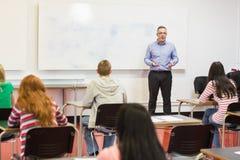 Baczni ucznie z nauczycielem w sala lekcyjnej Zdjęcie Stock