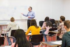Baczni ucznie z nauczycielem w sala lekcyjnej Obrazy Stock