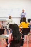 Baczni ucznie z nauczycielem w sala lekcyjnej Zdjęcia Royalty Free