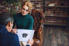 Baczny żeński advisor ogląda jej pacjenta Zdjęcie Stock