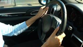 Baczny żeński kierowca trzyma czarną kierownicę, bizneswoman napędowa praca zbiory