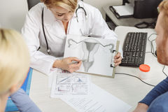 Baczny żeński medico robi jej pracie Fotografia Stock