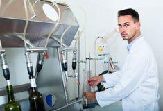 Baczny mężczyzna robi testom w wina manufactory laboratorium Zdjęcia Royalty Free