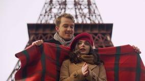 Baczny mężczyzna zawija jego zamarzniętej ukochanej damy w koc, openair data w Paryż zdjęcie wideo