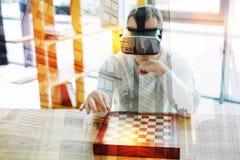 Baczny postępowy mężczyzna główkowanie podczas gdy bawić się wirtualnego szachy fotografia royalty free