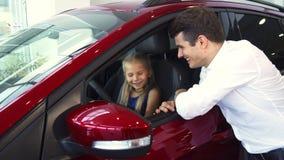 Baczny tata mówi jej córki o samochodzie zbiory wideo