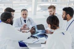 Baczny zaopatrzenie medyczne dyskutuje radiograph Obraz Royalty Free