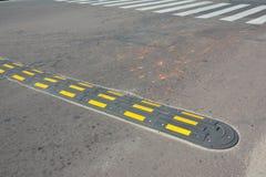 Badén de la seguridad de tráfico con el paso de peatones en una carretera de asfalto Badénes y x28; o breakers& x29 de la velocid Fotos de archivo libres de regalías