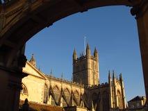 Bad Abbey Bath England angesehen durch Bogen Stockfotos