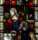 Bad Abbey Perpendicular Gothic Window Close herauf J-Buntglas Stockfoto