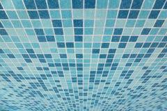 Bad deckte Beschaffenheit mit blauen Quadraten mit Ziegeln Lizenzfreie Stockfotos
