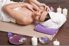 Bad för avkoppling för bastu för flickaSpa massage arkivbilder