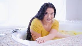 Bad för kvinna för naturligt skönhetsjälvgodtagande curvy arkivfilmer