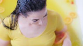 Bad för kvinna för organisk terapi för frukt för hårhud curvy stock video