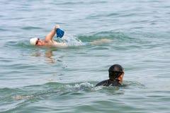 Bad för två män i laken Michigan royaltyfria foton