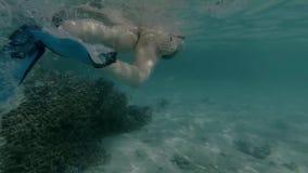 Bad för ung kvinna i havet som gör bubblor arkivfilmer