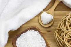 Bad fizzer in der Herzform auf Löffel mit Schönheitsprodukten stockfoto