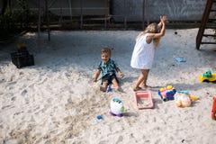 Bad i gården (flickan och pojken) Arkivbilder