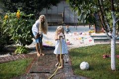 Bad i gården (mamman och dottern) arkivbilder