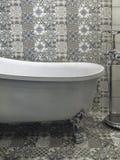 Bad i mönstrat badrum royaltyfri foto