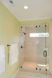 Bad med den glass duschen Fotografering för Bildbyråer