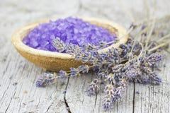 Bad som är salt för aromatherapy och torkad lavendel Fotografering för Bildbyråer