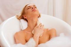 bad som tar kvinnan Arkivbild