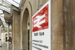 Bad Somerset, Förenade kungariket, 22nd Februari 2019, ingångssignage för den badSpa stationen royaltyfria foton