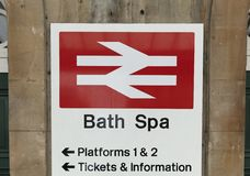 Bad Somerset, Förenade kungariket, 22nd Februari 2019, ingångssignage för den badSpa stationen royaltyfri fotografi