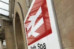 Bad Somerset, Förenade kungariket, 22nd Februari 2019, ingångssignage för den badSpa stationen royaltyfri bild