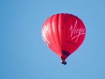 BAD SOMERSET/UK - OKTOBER 02: Ballong för varm luft som flyger över slagträet Arkivbilder