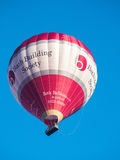 BAD SOMERSET/UK - OKTOBER 02: Ballong för varm luft som flyger över slagträet Royaltyfri Foto