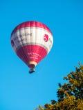 BAD SOMERSET/UK - OKTOBER 02: Ballong för varm luft som flyger över slagträet Royaltyfria Bilder