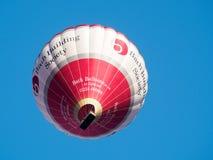 BAD SOMERSET/UK - OKTOBER 02: Ballong för varm luft som flyger över slagträet Fotografering för Bildbyråer