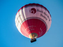 BAD SOMERSET/UK - OKTOBER 02: Ballong för varm luft som flyger över slagträet Royaltyfria Foton