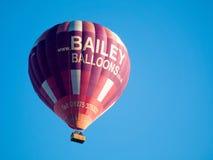 BAD SOMERSET/UK - OKTOBER 02: Ballong för varm luft som flyger över slagträet Arkivfoto