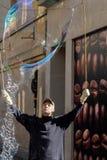 BAD SOMERSET/UK - OKTOBER 02: Bubblemaker underhållande folk Royaltyfri Fotografi