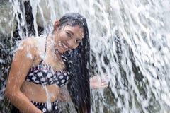 Bad unter einem Wasserfall Stockfotos
