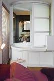 Bad zwischen Badezimmer und Schlafzimmer Stockfotos