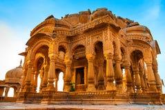 Bada Bagh在Jaisalmer,拉贾斯坦,印度 纪念碑由黄色砂岩制成在日落 库存图片