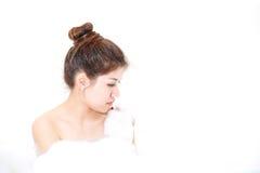 Bada det model tyckande om badkaret för kvinnan med badskum Arkivbild