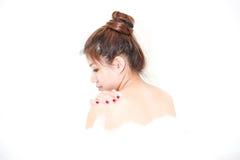 Bada det model tyckande om badkaret för kvinnan med badskum Arkivbilder