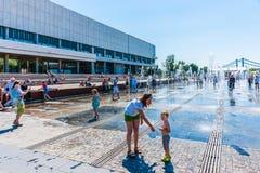 Bada i springbrunnen 01 Fotografering för Bildbyråer