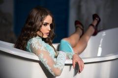 bada kvinnan sexig brunettkvinna i bad arkivbild