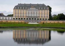 Bada med vatten och den rika sidan av dörrar och fönsterfönster av den Bruhl slotten i Tyskland Royaltyfri Foto
