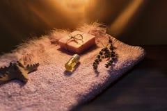 Bada satsen för kvinnor med torkad lavander, nattbegrepp royaltyfri bild